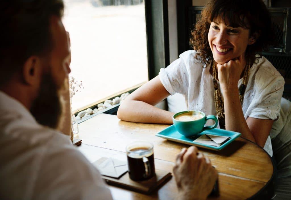 Mann und Frau trinken einen Kaffee
