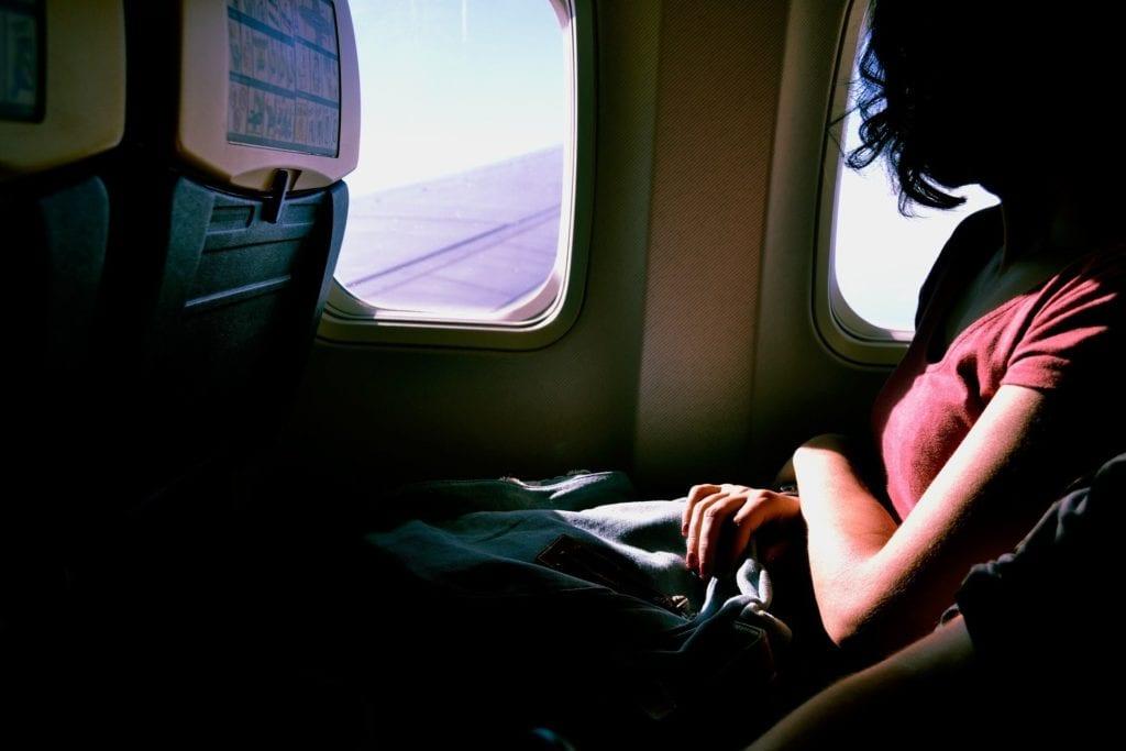 Single Frau alleine im Flugzeug